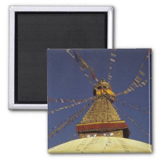 Nepal, Kathmandu. Unter den Gebetsflaggen wachsam Quadratischer Magnet