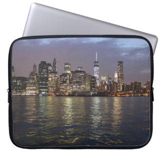 New York Skyline am Abend Laptopschutzhülle