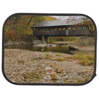 Newry überdachte Brücke über Fluss im Herbst Autofußmatte
