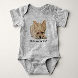 Niedlich als Knopf Chihuahua durch Carol Zeock Baby Strampler