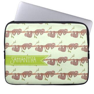 Niedliche BabySloths, die an Treebranch Muster Laptopschutzhülle