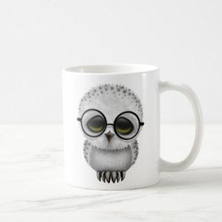 Niedliche Babysnowy-Eulen-tragende Gläser Kaffeetasse