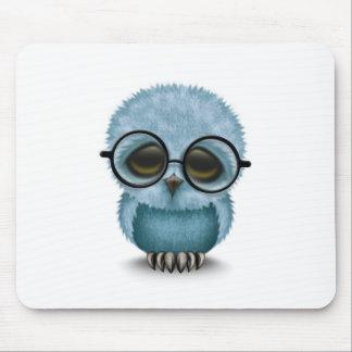 Niedliche blaues Baby-Eulen-tragende Gläser auf Mousepad