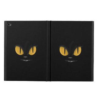 Niedliche boshafte schwarze Katze mit Reißzähnen