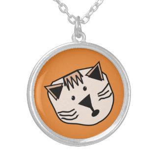 Niedliche Cartoonkatzen auf farbigem B/G hängend Versilberte Kette
