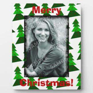 Niedliche fröhliche Weihnachtsbäume addieren Ihre Fotoplatte