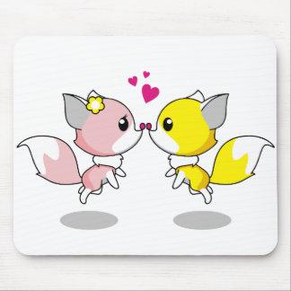 Niedliche Füchse in den Liebe-Cartoonmädchen Mousepad