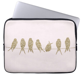 Niedliche Goldvögel auf einer Laptopschutzhülle
