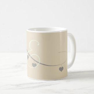 Niedliche graue Herz-Sahnegirlanden-mit Monogramm Tasse