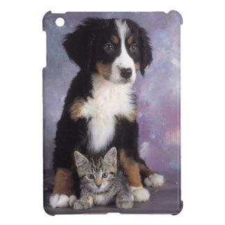 Niedliche Katze im Hund in der Liebe iPad Mini Cover