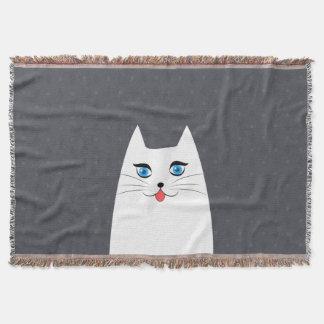 Niedliche Katze mit der Zunge, die heraus haftet Decke