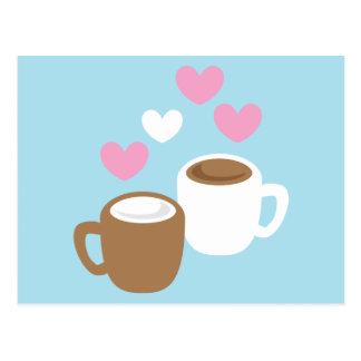 Niedliche Liebeherzen des Kaffees und der heißen Postkarte
