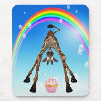 Niedliche, lustige Giraffe, kleiner Kuchen u. Mousepad