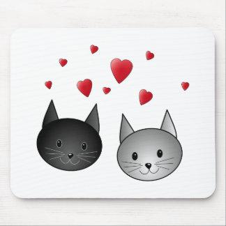 Niedliche schwarze und graue Katzen, mit Herzen Mousepads