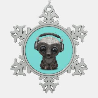 Niedliche tragende Kopfhörer Baby-Honig-Dachs-DJ Schneeflocken Zinn-Ornament