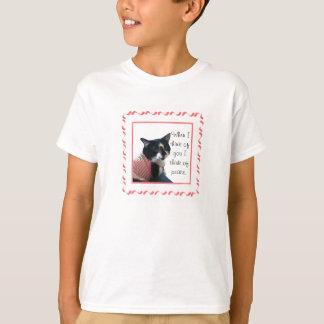 Niedliche Tuxedo-Katze denken an Friedenst-shirts T-Shirt