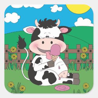 Niedlicher Baby-Kuh-Cartoon mit seiner Quadratischer Aufkleber