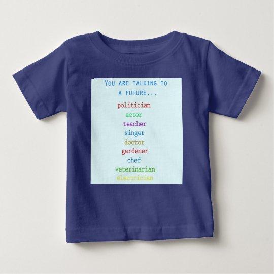 Niedlicher Baby-T - Shirt während eines