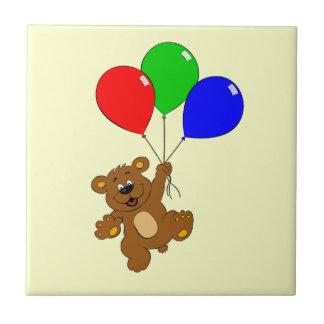 Niedlicher Bär mit Ballon-Cartoon scherzt Fliese
