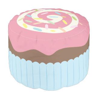Niedlicher besprühter kleiner Kuchen Hocker