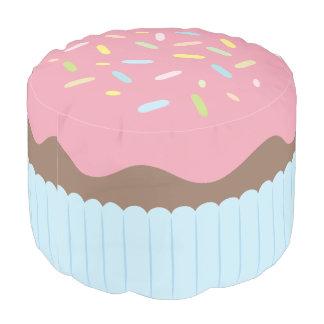 Niedlicher besprühter Pastellrosa-kleiner Kuchen Hocker