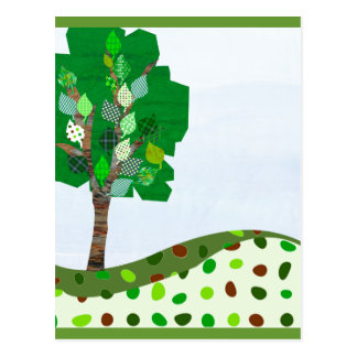 Niedlicher bunter Patchwork-Baum und grüne Hügel Postkarte