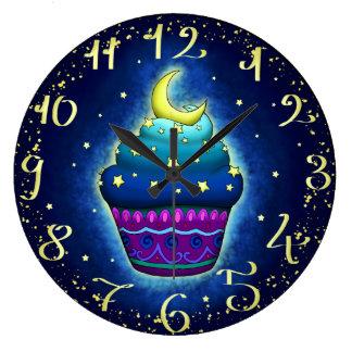 Niedlicher Cupake mit Mond und Sternen Große Wanduhr
