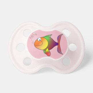 Niedlicher froher Goldfish im Meer, rosa Schnuller