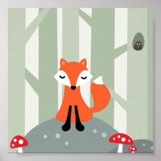 Niedlicher Fuchs, der auf einem Felsen im Wald Poster
