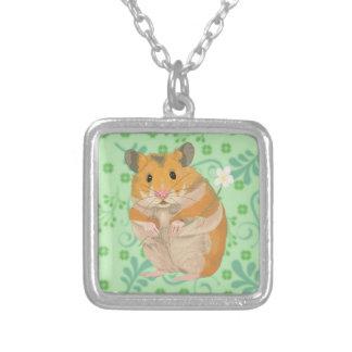 Niedlicher kleiner Hamster, der eine Blume hält Versilberte Kette