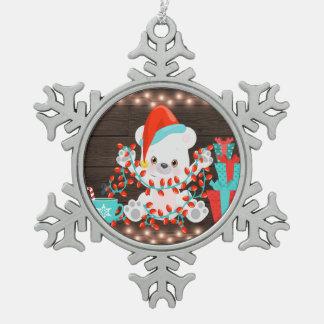 Niedlicher kleiner polarer Bär mit Schneeflocken Zinn-Ornament