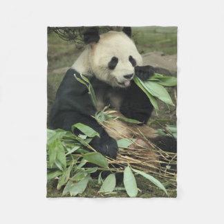 Niedlicher Panda-Bär, der Blätter-Fleece-Decke Fleecedecke