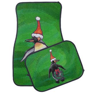 Niedlicher Penguin in der Weihnachtsmannmütze auf Autofußmatte