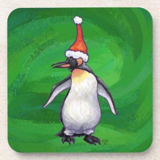 Niedlicher Penguin in der Weihnachtsmannmütze auf Untersetzer