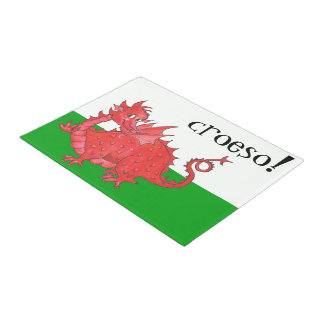 Niedlicher roter Drache Walisers auf grünem, Türmatte