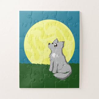 Niedlicher schäbiger Wolf mit Mond scherzt