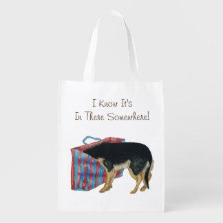 Niedlicher schwarzer und tan Hund mit Kopf in der Wiederverwendbare Einkaufstasche