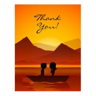 Niedlicher Silhouette-Paar-Bootfahrt-Berg danken Postkarte