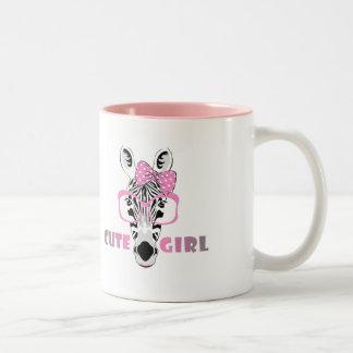 Niedlicher Zebra kennt ein niedliches Mädchen; Zweifarbige Tasse