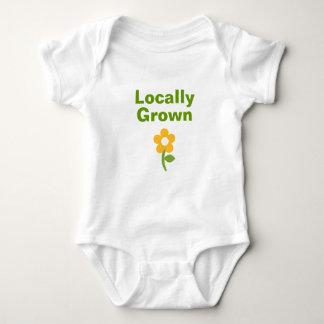 Niedliches am Ort gewachsenes Shirt für Babys und