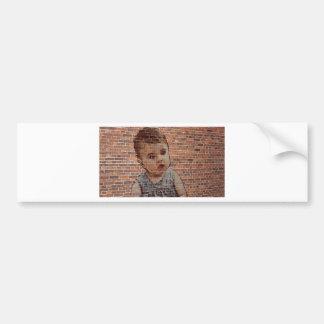 Niedliches Baby auf Ziegelsteinwand Autoaufkleber