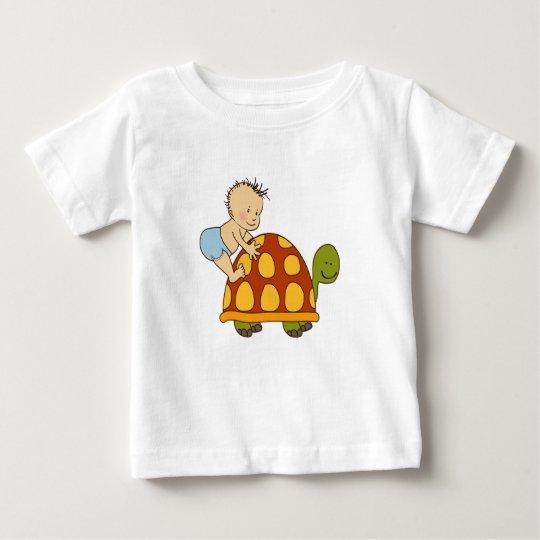 Niedliches Baby, das mit Schildkröten-Baby-T - Baby T-shirt