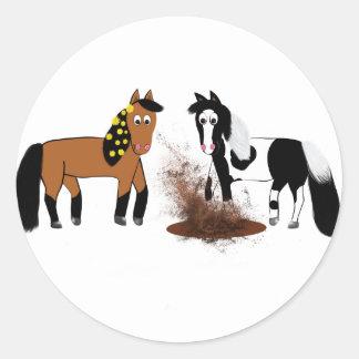 Niedliches Cartoon-Pferdespielen Runder Aufkleber