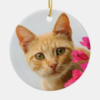 Niedliches Ingwer-Katzen-Kätzchen-aufpassendes Rundes Keramik Ornament