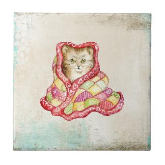 Niedliches inländisches Kätzchen mit einer roten Kleine Quadratische Fliese