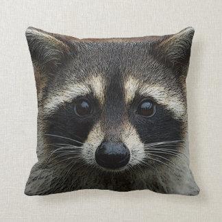 Niedliches junges Raccoon-Gesichtsmaske-und Zierkissen
