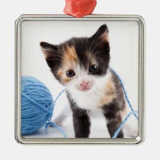 Niedliches Kalypso-Kätzchen und blaues Garn Quadratisches Silberfarbenes Ornament