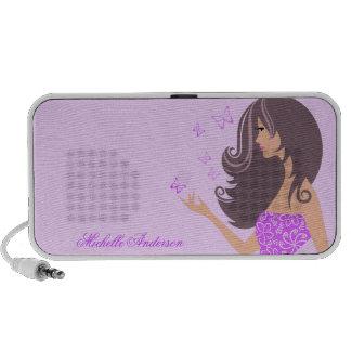 Niedliches Mädchen mit lila Schmetterlinge Tragbare Lautsprecher