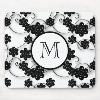 Niedliches Mod-Schwarz-Blumen-Muster, Ihre Initial Mousepad