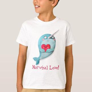 Niedliches Narwhal mit Herzen T-Shirt